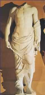 Socha věštce na štítu Diova chrámu